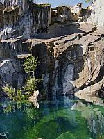 Зеленая вода Рускеала, вверху - перемычка