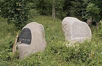 Памятные знаки у входа на кладбище Кителя